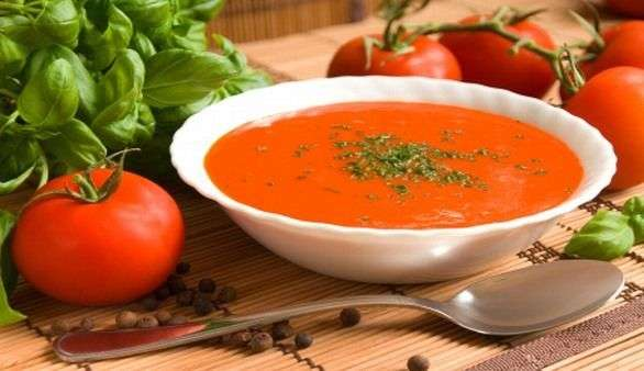 Kanarische Tomatensuppe mit Basilikumstreifen