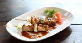 Gebratenes Hähnchenfleisch in Honigsoße