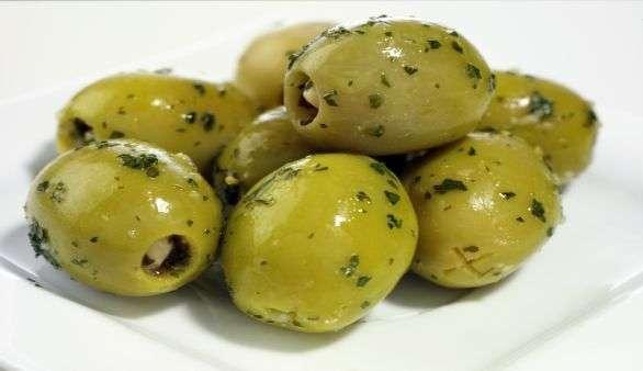 Kräutermandeln mit Oliven